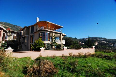 Alanya Cikcilli'de Satılık 300 m² Tripleks Villa